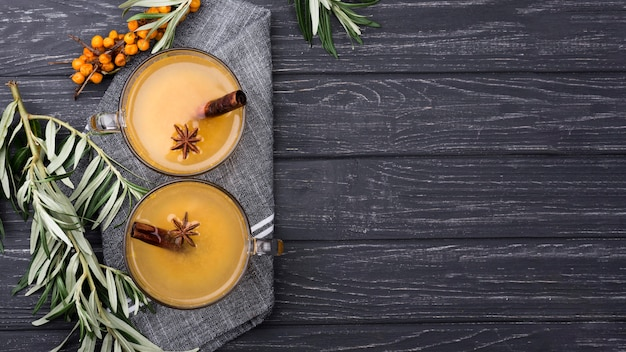 Стаканы с ароматным фруктовым соком с копией пространства