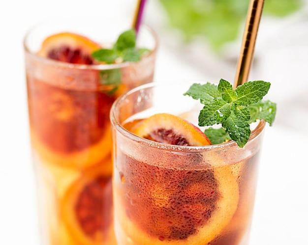 Бокалы с фруктовым чаем и мятой