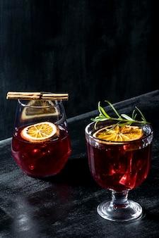 机の上のフルーティーな飲み物とグラス