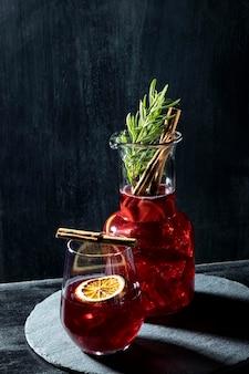 Очки с фруктовыми напитками на столе