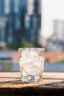 나무 테이블에 얼음 조각이 있는 안경