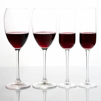 明るい背景に赤ワインとグラス。アルコール飲料