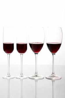Очки с красным вином на светлом фоне