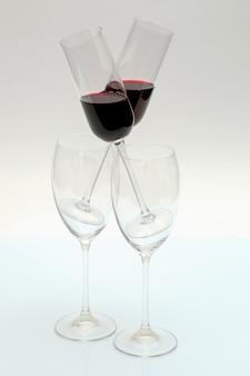 明るい背景に赤ワインとグラス