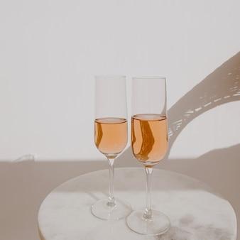 日光の影にロゼシャンパンとグラス