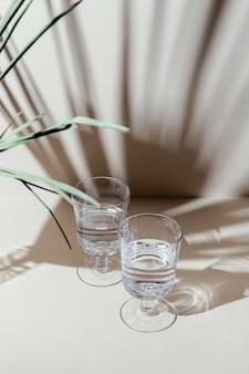 테이블에 물 안경