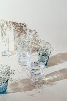 テーブルの上に水が入ったグラス 無料写真