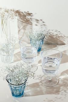 テーブルの上に水が入ったグラス