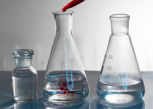 Disposizione della vetreria con sostanza rossa
