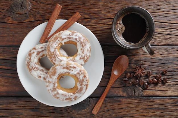 艶をかけられたベーグルと一杯のコーヒー