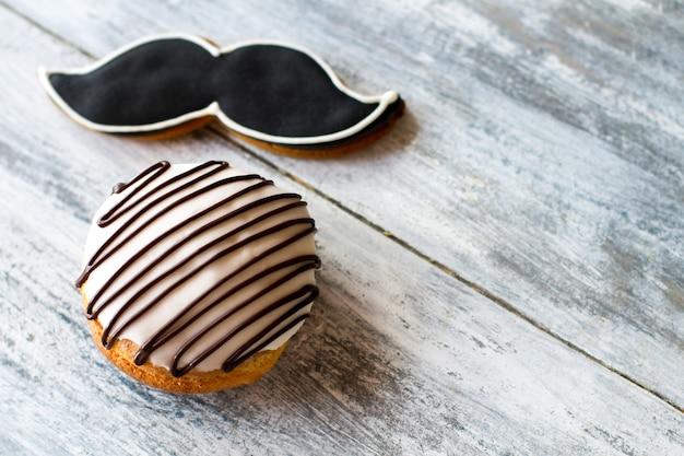 Глазированный бисквит и печенье с усами. кондитерские изделия на сером фоне. вкус и дизайн. вкусные сладости с глазурью.