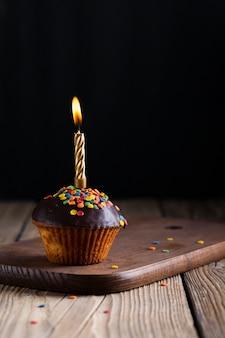 Cupcake glassato con candela accesa