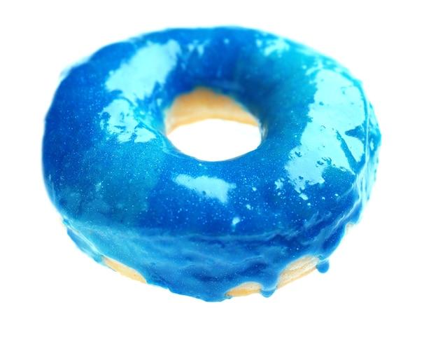 Глазированный пончик на белом фоне