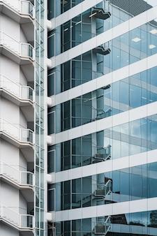 Застекленный фасад офисного здания