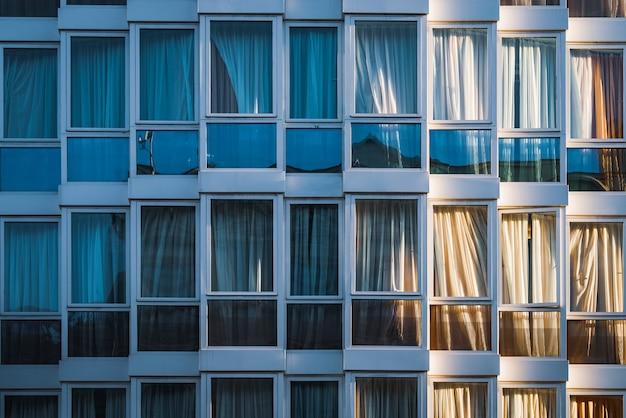 都市の建物のガラス張りのファサード