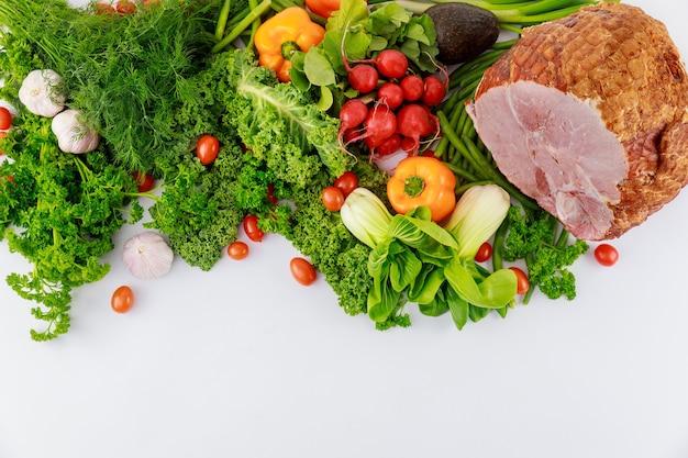 新鮮な野菜を添えた艶をかけられたポークハム