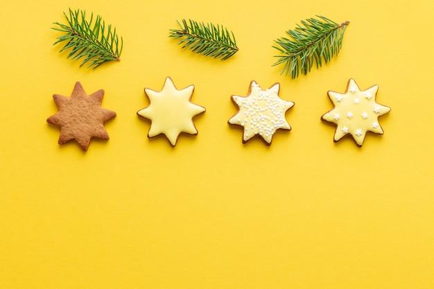 노란색 배경에 단계별 크리스마스 별 모양의 진저 브레드 유약