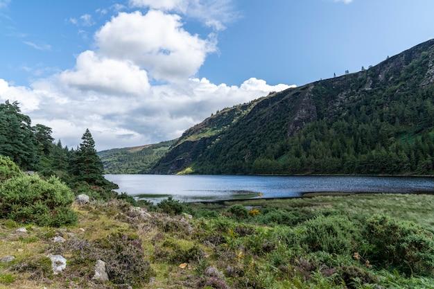 Glendalough 광부 방법에서 glenealo 계곡 위 호수.