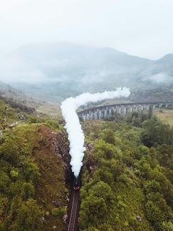 スコットランド、インヴァネスシャーのグレンフィナン高架橋鉄道