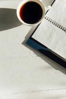 책상 위의 글라이더와 커피 프리미엄 사진