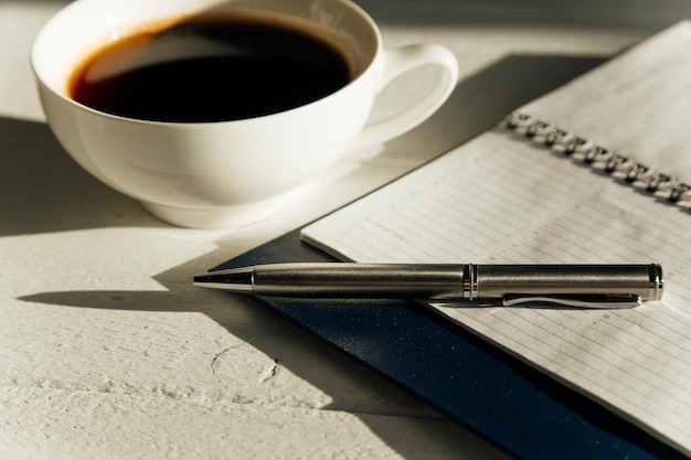 책상 위의 글라이더와 커피