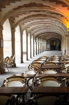 Взгляд на площадь вогезов в париже