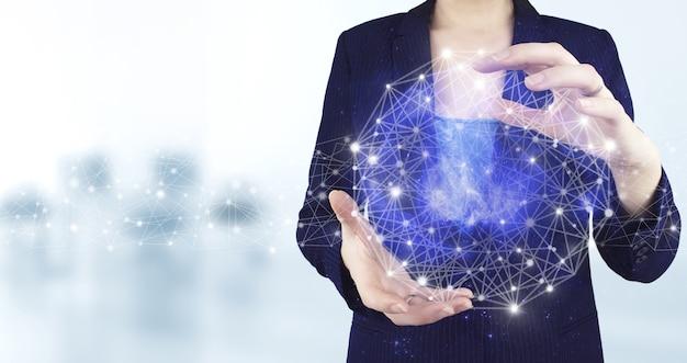 グローバルデータベースと人工知能。明るいぼやけた背景を持つ仮想ホログラフィック人工知能アイコンを持っている両手。人工知能ai。