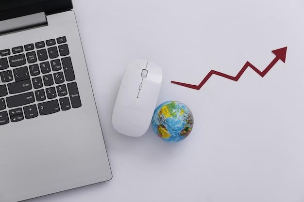 글로벌 네트워크. pc 마우스와 글로브, 흰색 바탕에 상승 화살표와 함께 노트북. 온라인 비즈니스. 평면도. 플랫 레이