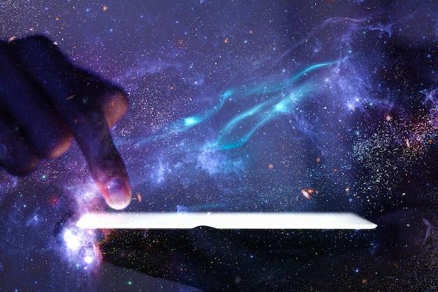 La mano di sfondo della rete globale utilizzando la tecnologia del telefono remixa la galassia