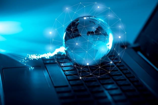 コンピューターのキーボード上のグローバルテクノロジー&ネットワークアイコン