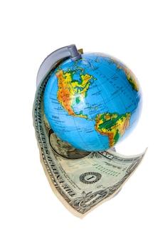 Глобус и американские деньги на белом фоне