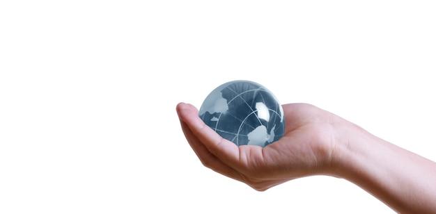 Глобус, земля в человеческой руке, держит нашу светящуюся планету. изображение земли предоставлено наса