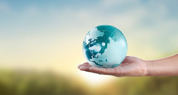 지구, 빛나는 우리의 행성을 들고 인간의 손에 지구