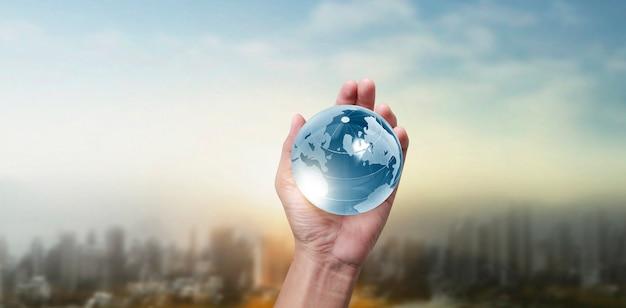 地球、地球は人間の手にあり、私たちの惑星を輝かせています。