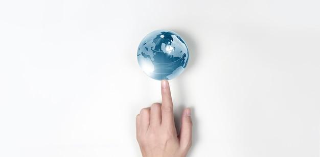 Глобус, земля в человеческой руке, держит нашу светящуюся планету.