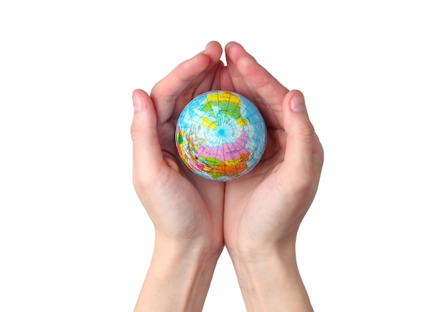 Глобус в женских ладонях на изолированной на белой стене концепция ухода за планетой земля