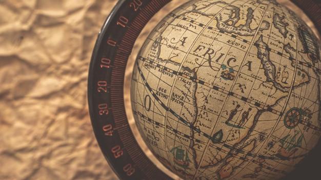 Модель земного шара на карте старого мира
