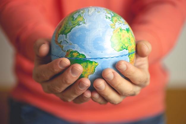Глобус земли в руках человека.