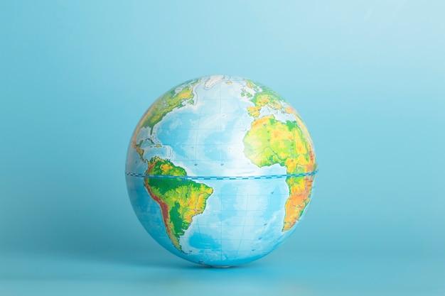 Глобус земли на синем фоне концепции окружающей среды глобализации экологии