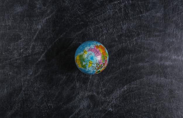 Глобус на школьной доске. урок географии. вид сверху.
