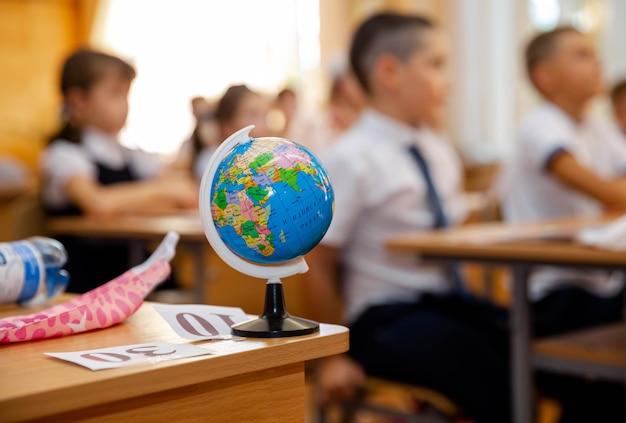 Глобус на парте в начальной школе