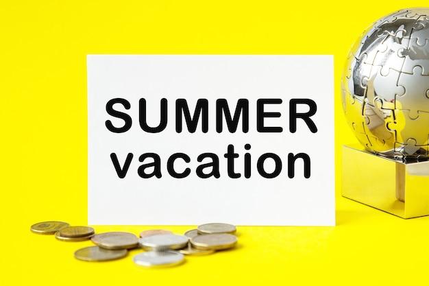 Глобус, бумага на желтом фоне с текстом поехали в путешествие. летний отпуск Premium Фотографии