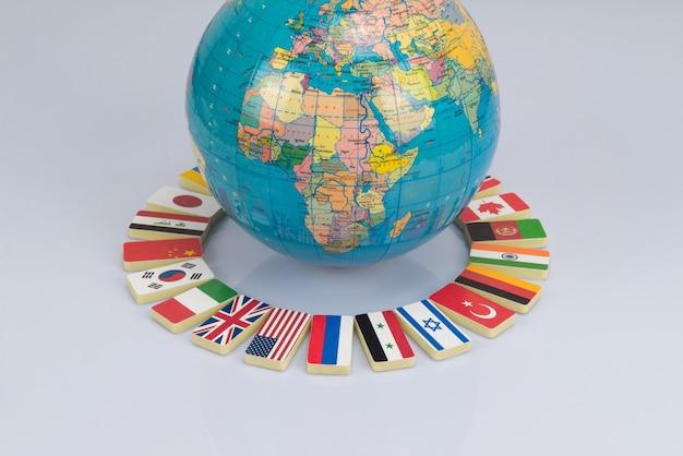 세계의 국기와 함께 글로브입니다. 개념 사진, 세계 커뮤니티