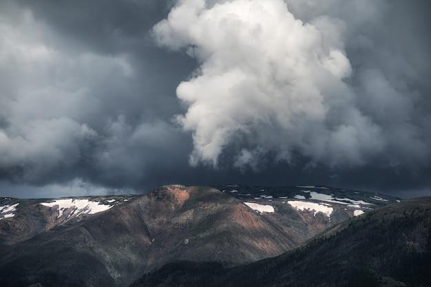 山の上の暗い雨雲美しい自然緑の密林鳥瞰図