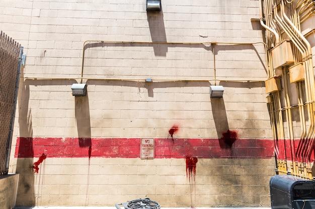벽돌 벽과 피 묻은 반점이있는 우울한 방.