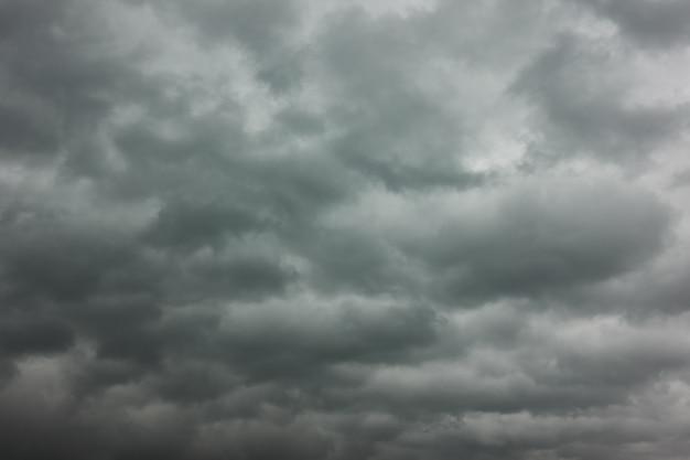 우울한 하늘. 무거운 폭풍우 구름, 배경으로 사용할 수 있습니다