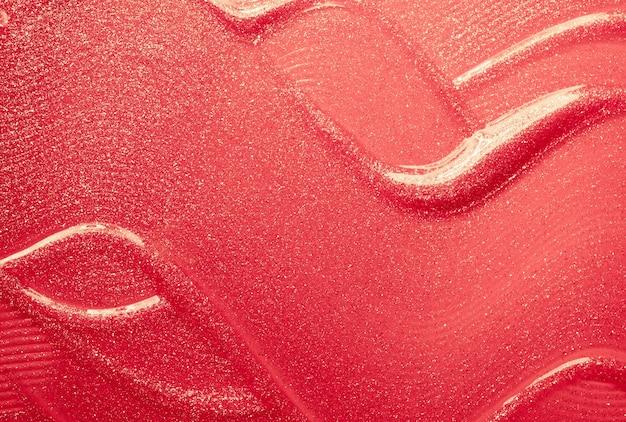 Глянцевая красная помада размазана