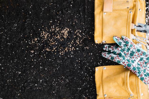 원예 도구와 가방에 장갑