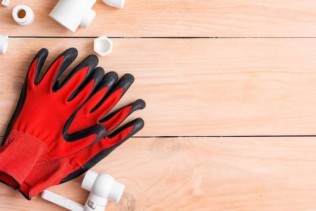 プラスチックパイプを扱うための手袋とさまざまなスペアパーツ。