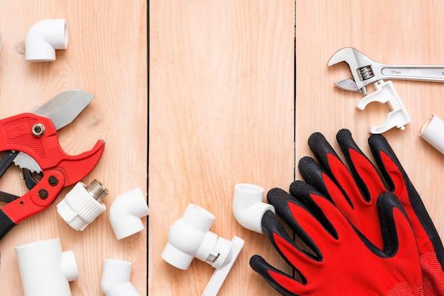 作業用手袋とポリプロピレンパイプ用カッター。